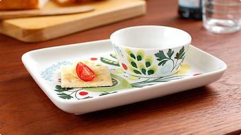 スウェーデンの老舗食器ブランド「Rorstrand(ロールストランド)」の野菜柄の磁器トレイ。角皿として使ったり、またデザートセットとして使うなど、使用法を工夫するのも楽しいトレイです。