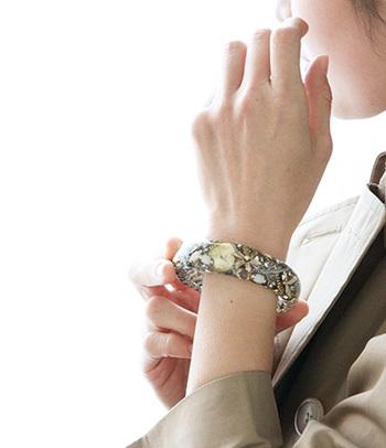 時計の文字盤や、大粒のパールやチェーンが散りばめられたノスタルジックな雰囲気。手元をシックに魅せ色褪せることのない作り手のこだわりを、受継いでいきます。