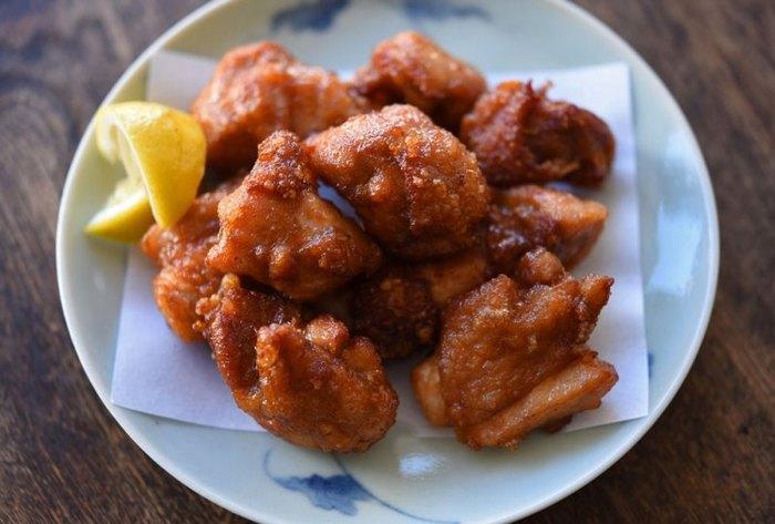 """お弁当の大定番「鶏の唐揚げ」。使用する鶏肉はジューシーな""""もも肉""""がおすすめです。ポイントは2度揚げ!中はジュワッと、外はカリッと仕上がります。鶏肉の皮をきれいに身にまとわせると食感のバランスも◎"""
