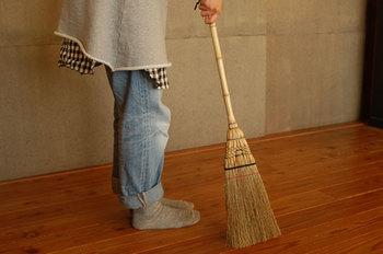 もちろん掃除機を使って綺麗にしても良いのですが、手を動かして黙々とゴミや埃を掃く行為は、心や頭の中もすっきりするようです。掃き掃除が終わったら、床は固くしぼった雑巾で磨きます。