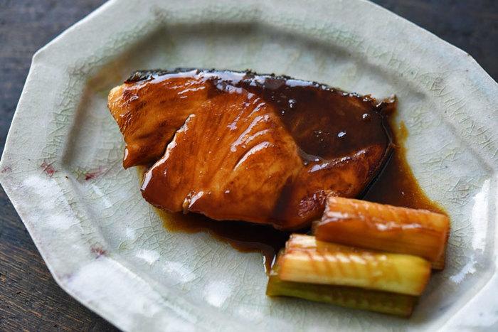 お魚の定番レシピと言えば「ぶりの照り焼き」。『下漬けアリ』『小麦粉ナシ』『フライパンで作る』レシピです。ぶりの切り身を漬け込む時間は30分を目安に。ぶりの両面に焼き色がつき7〜8割ほど火が通れば下漬けで使ったたれを加え、しっかり煮詰め、ぶりとねぎの表面に絡ませましょう。「ぶりの表面にとどまるくらいのとろみ」がたれにつくまで煮詰めるのがポイントです。