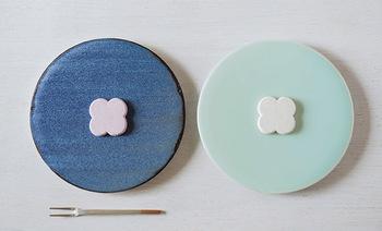 テキスタイルデザイナー・陶芸家として活躍する「石本藤雄」さんの作品は、生まれ故郷の愛媛の原風景と、長く暮らす北欧の自然がベースになっているとか。こちらも、和を感じさせながら、どことなく北欧らしさもある不思議なお皿です。透き通った青磁の美しさなどが印象的。