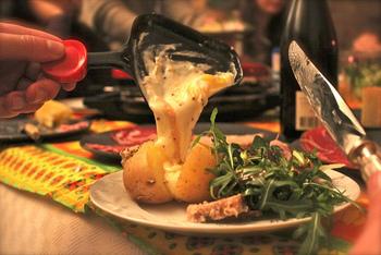 フランス語で、削る、削ぎ落とすという意味の「ラクレ」が由来になっている『ラクレット』。チーズの断面を温めて、溶かした部分を蒸したじゃがいもの上に削ぎ落として食べる郷土料理です。フランスでは、家庭用にラクレットグリルが売られています。塩っけの強い生ハムやサラミ、ピクルスなどと一緒に食べるのが一般的です。