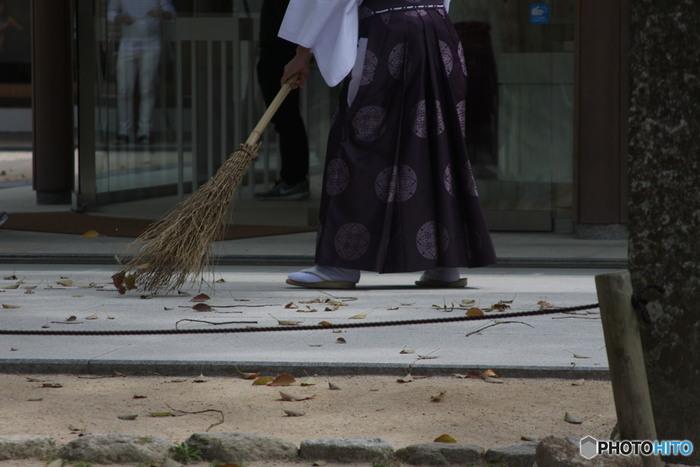 修行僧の朝は掃除から始まります。きりっとした朝の空気の中、家の中も外も掃き清めていきます。掃除は目に見える汚れだけでなく、煩悩を払い、心を磨く修行でもあります。