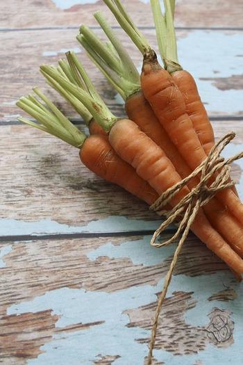 身体を温めてくれる食べ物の特徴として、「暖色系」「水分が少なくて硬い」「寒い土地で育つ」「発酵している」などが挙げられます。にんじんやごぼう、玉ねぎなど、「土の下にできる根菜類」もそのひとつ。多くは秋冬が旬の野菜です。寒い季節に採れる野菜が身体を温めてくれるなんて、よく出来ていますよね。