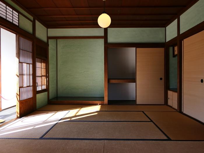 物の無い部屋は空気も隅々まで行き渡り、それだけで浄められるようです。現代の一般的な住居では、なかなかここまで物の無い部屋をつくることは難しいのですが、生活する場所の設えをシンプルにするだけでも心が落ち着く部屋を作ることができます。