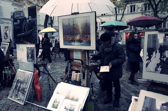 サクレ・クール大聖堂の裏手にあるテアトル広場では、多くの無名の画家たちが作品を並べ、制作に励んでいる姿を目にすることができます。