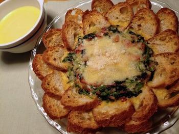 見た目のインパクト抜群なフランスパンを使ったキッシュです。先にパンを敷き詰めてから生地を流しこむことで、形が崩れなくて済みます。カリカリに焼きあがったフランスパンで、アパレイユをすくって食べると美味しいですよ!