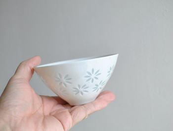 """アラビアでアートデパートメントのディレクターを務めたデザイナーが、中国の蛍手焼の技法を応用して作ったシリーズ""""ライスポーセリン""""。白磁に透けるガラス釉を施した、繊細な花模様にうっとり。光に映える姿があまりにも美しい、ヴィンテージの逸品です。"""