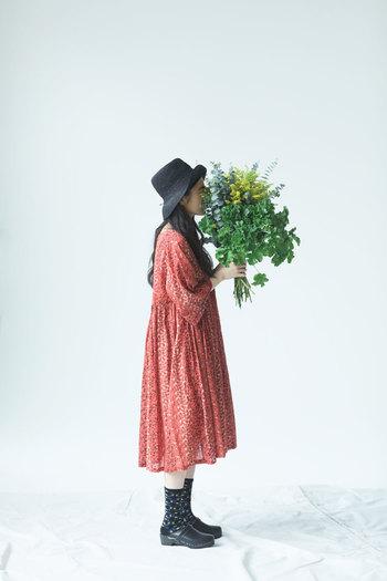物語性のあるテキスタイルが毎シーズン楽しみなマーブルシュッドから届いたのは、数種類の小花柄がストライプ状にプリントされたワンピース。ふんわりとした着心地に、春が来た!と嬉しくなります。