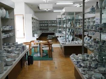 工場と器を販売している店舗があります。店舗では、一級品と、お手頃価格の二級品も扱っていますよ。