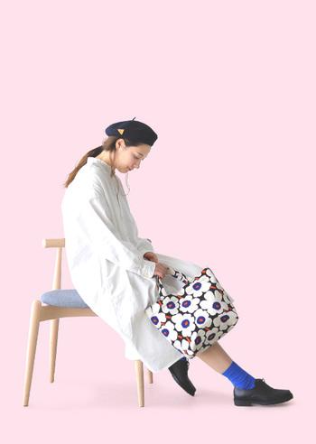 春のシンプルスタイルに華やかさを添えるのは花柄のバッグ。こちらはマリメッコでも定番人気の小さなウニッコ柄です。2018年のシーズンカラーはキナリ×ブルー×オレンジ。甘すぎず辛すぎずのシックな色合いが使いやすそうですね。