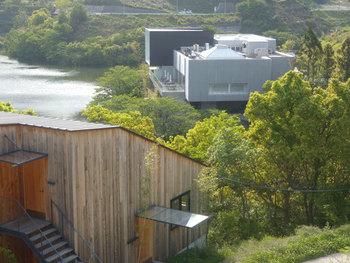 通谷池の湖畔に建つ「TOBE AUBERGE RESORT(トベオーベルジュリゾート)」は、自然豊かな環境に惚れ込んだ オーナーの越智仁文氏が、建物のデザイナーから家具や食器類に至るまで、愛媛の作家にこだわって創り出したオーベルジュです。