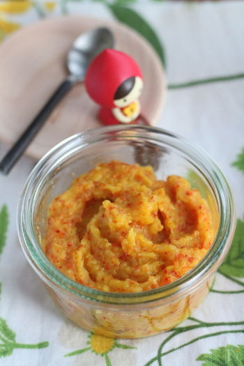 塩ゆずの簡単アレンジとしておすすめがこちら。基本の塩ゆずに粉唐辛子を混ぜるだけで出来上がりです。鍋やおでんはもちろん、焼き鳥や焼肉に添えてもおいしいですよ。