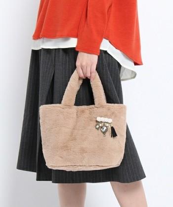 ファー素材のトートバッグに、ビジューとフリンジのブローチをプラス。シンプルなバッグも可愛らしさがアップしますね。