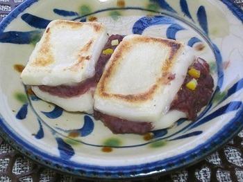 少し意外かもしれませんが、塩ゆずはスイーツにも使えます!切り餅にあんこを挟んで焼くだけのあんこサンド餅に、塩ゆずを加えるとぐっと美味しさがアップします。