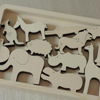 ノアの箱舟からイメージした動物たちがセットになったBOX。さわって遊んだり、積み木をしたり。また、水に強いヒバ材なので、お風呂に浮かべたり、壁に貼り付けたり。いろいろな遊び方をしながら、動物に親しめる木のおもちゃです。