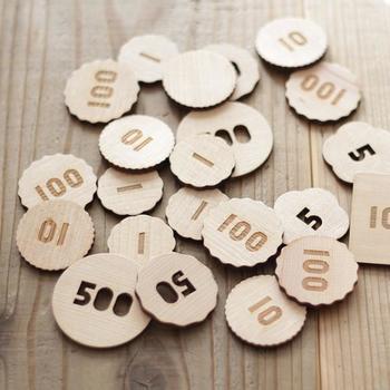 木製のコインセット。おままごとやお買い物ごっこでのお金のやり取りで、コインの意味やおつりなどマネー感覚を養えるおもちゃです。プライスタグも付いているので、いろいろなものに値段を付けて遊ぶのも楽しそうですね。