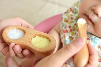 お母さんの手のひらにすっぽりと収まるまあるいフォルムの木の食器。メープル(楓)は、口当たりの柔らかな木なので、赤ちゃんのお口にも優しいのがうれしいですね。木の温もりに触れる食育って、とても素敵です。