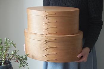 一瞬お弁当箱と見間違えてしまうユニークな大きなボックス!奥野健一さんの作品です。樹齢の長い大きな木からしか作れない、まっすぐな柾目模様が美しいデザイン。一生もののインテリアとして大切に使いたいですね。