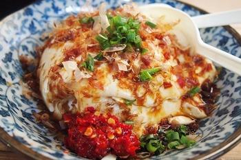 こちらは、ぜひとも食べておきたい名物の「ザル寄せ豆腐」!佐賀県産大豆を100%使用したお豆腐は、大豆の甘みを感じられる、濃厚で滑らかな口当り。持ち帰りもできますが、出来立てをイートインスペースでいただくのがおすすめです。