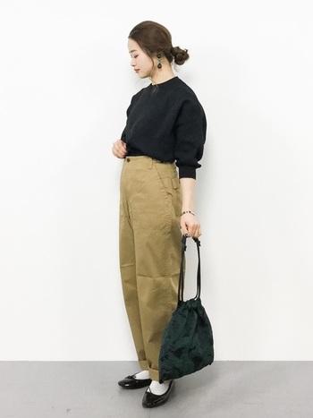 クラシカルな雰囲気の巾着は、コーディネートに華やかさを加えてくれます。シンプルなスタイリングのアクセントに。