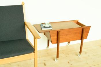 キャスター付きのサイドテーブル?と思いきや天板がスライドし、中に収納できるようになっています。デンマーク製です。