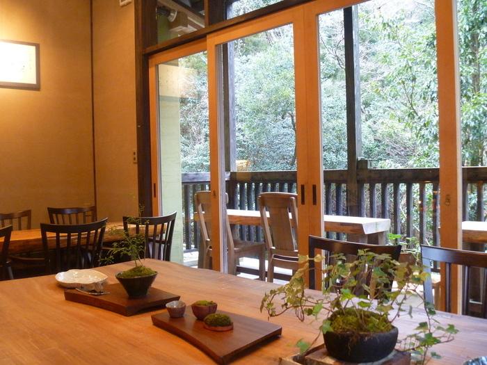 店内はしっとりと落ち着いた雰囲気。木のテーブル席に、和の個室、テラス席など、席の種類もさまざま。個室は予約しておくのがおすすめです。どの席も趣がありますが、晴れた日にはテラス席へどうぞ。目の前に広がる緑を眺めたり、川のせせらぎを聴いてリフレッシュできますよ!