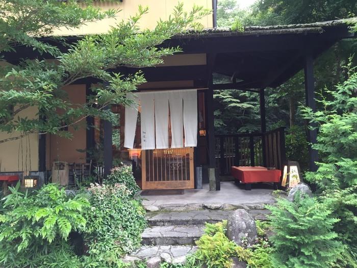 山奥にひっそりと佇むカフェ「珈道庵 三瀬山荘」。山の中にあって車でしか行くことができない知る人ぞ知る人気カフェです。和の雰囲気を醸し出す外観は、まさに大人の隠れ家といった感じ。