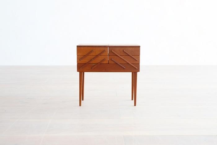 ぱっと見、普通のソーイングボックスのようですが…。サイズが全然違います!高さはサイドテーブルとしても使える44cm。パイン材のエイジングによる艶も素敵ですね。