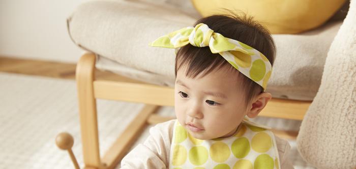 赤ちゃんの頭の大きさに合わせてリボンを結べる、可愛いヘアバンド。ふんわりとしたダブルガーゼ素材は、赤ちゃんに優しい肌ざわり。生地のデザインから、縫製、検査に至るまで日本で行っていますので安心です。
