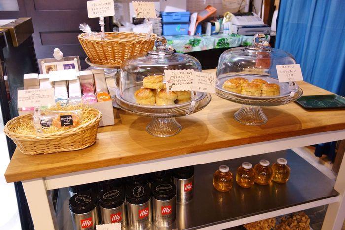 ケーキや焼き菓子の販売もあり、美味しいと評判のスコーンはテイクアウトも可能!スコーンをカフェで食べるときは、クロテッドクリームとジャムを添えてくれます。