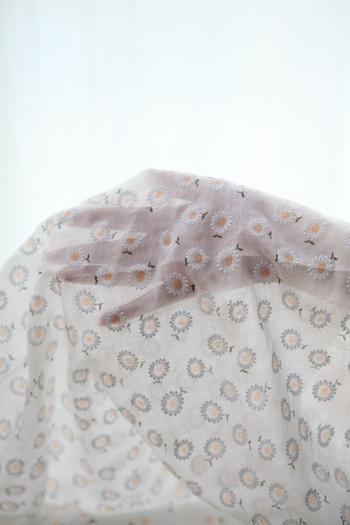 刺繍が入ったガーゼで作るととてもキュートに仕上がります。凹凸のあるガーゼを使うときは、肌に当たる部分に模様のないシンプルなガーゼを使うと使い心地がいいですよ。