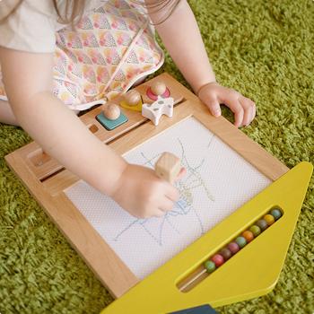 三角屋根が可愛いおえかきボード。ボード部分は、描く場所によって4色が楽しめ、〇△□のスタンプも押せます。また、三角屋根の部分はビーズが10個ついているので、数遊びも。専用袋が付いていて、お片付けの感覚も身に付くそうですよ。