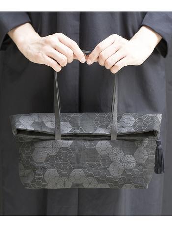 合わせた麻の葉組子のハンドバッグは、艶のある樹脂プリントがさり気なく目立つデザイン。バッグの上半分は折り返せるデザインも特徴的です。