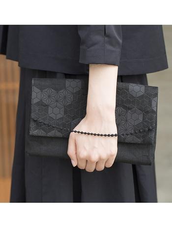 同じく麻の葉組子のクラッチバッグは、刺繍糸の飾り紐が繊細。手を通した時にさり気なく目立ってくれます。