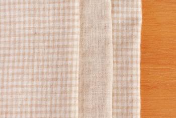 大きな生地屋さんに行くと、どれにしようか迷ってしまうくらいナチュラルな色や柄のダブルガーゼが沢山そろっています。