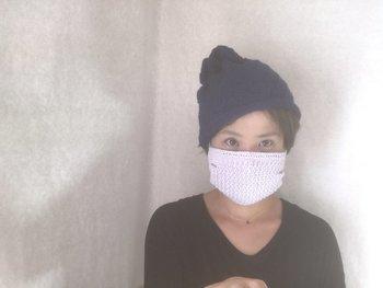 使い捨てのシンプルなマスクの上にする手編みのマスクカバー。マスクの効果がUPするだけでなく、コットンの糸で編み上げた優しい肌触りと編地のポコポコ感がおしゃれです。