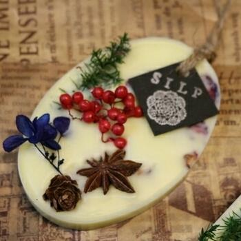 『ボタニカルワックスサシェ』をご存知ですか?アロマオイルやハーブなどで作った新しい香りのインテリアとしても注目されています。香りを蜜蝋などに閉じ込めているので火を使わず自然な香り。お子様やペットのいる家庭にも安心ですね。