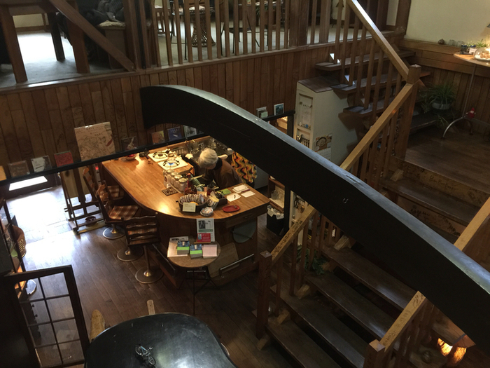 レトロな洋館といった趣の紅茶専門店「紅茶の店 しゅん」は、吹抜けにあるグランドピアノが印象的です。たまにコンサートが開催されているそうですよ。