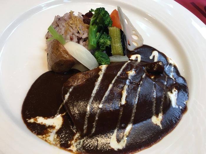大きな牛タンに欧風カレーがたっぷりとかかった「牛タンカレー」。横には彩り鮮やかな野菜とライスが添えられていて、ライスはお替りもできます。濃厚で深いコクのカレーとホロホロになった牛タンは食べ応えがあって、後を引く美味しさです。