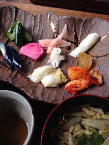 漬物バイキングは、漬物食べ放題・ごはん・味噌汁・お茶・お菓子がついています。ちなみにごはんもお替り自由!漬物屋さんなので、漬物の美味しさは折り紙つき。いろんな野菜を使った漬物は、ごはんがもりもり進みますよ!
