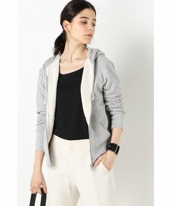 5℃〜20℃と気温差が幅広いため、お洋服は着脱しやすく調節の効くアイテムがおススメです。例えばパーカーやGジャン、カーディガンやシャツ、シャツワンピースなどの羽織りものや、前開きのワンピースなど。これらのアイテムを上手く着こなせれば、体温調整が簡単にできます。