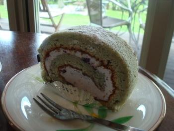 ケーキはどれも絶品!特に人気なのが「ブルーベリーロールケーキ」。しっとりとした生地にブルーベリーの甘酸っぱさが絶妙にマッチしています。人気のケーキは売り切れてしまうこともあるので、早めに行くのがおすすめ♪