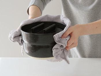 他にも、熱いお鍋を掴んだり、鍋敷き代わりに使うことも。 こだわりの専用アイテムを揃えるのももちろん素敵ですが、布巾があればそれだけで、調理道具がなくてもまかなえることがたくさん♪