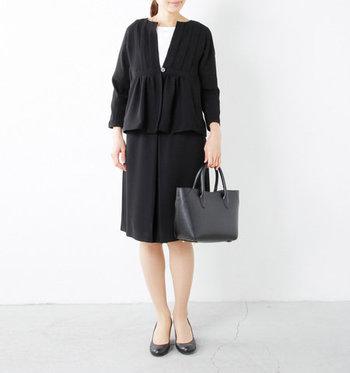 同じく「Si-Si-Si」の胸元ギャザーでふんわりと切り替わったジャケットは、体のラインが程よく隠れる大人向けのデザイン。セットのスカートと合わせても、単品でも着まわせるのが嬉しいポイント。