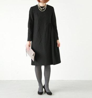 スッキリとしたAラインの「nooy」のワンピースは、サイドに入ったタックのディテールがさり気なく大人っぽい。コンパクトな襟回りが上品な印象です。