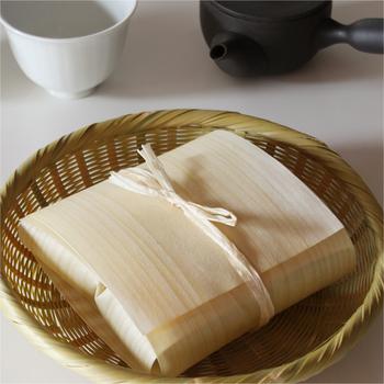 北海道産のしなの木で作られた経木は、ほのかな木の香りがします。経木包みを縛るヒノキの紐を付属していますよ。色んなものをさっと包んで、プレゼントやお土産にお渡しするのもおしゃれですね。