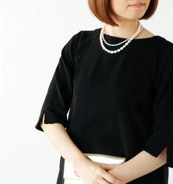「Si-Si-Si」の淡水パールのネックレスは、カジュアルにもフォーマルにも合わせられるネックレス。表情豊かなバロックの真珠が顔周りを明るく見せてくれます。