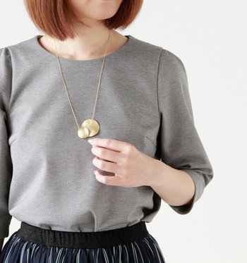 「Joli&Micare」のネックレスは、大き目でシンプルなゴールドのモチーフが素敵。黒に映えるゴールドの組み合わせは大人の女性らしいコーディネートです。
